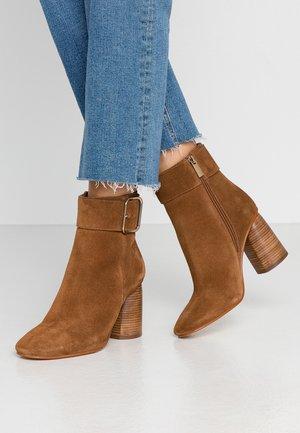 Kotníkové boty - cognac