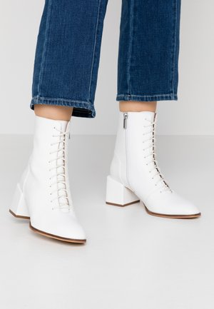 Lace-up ankle boots - white