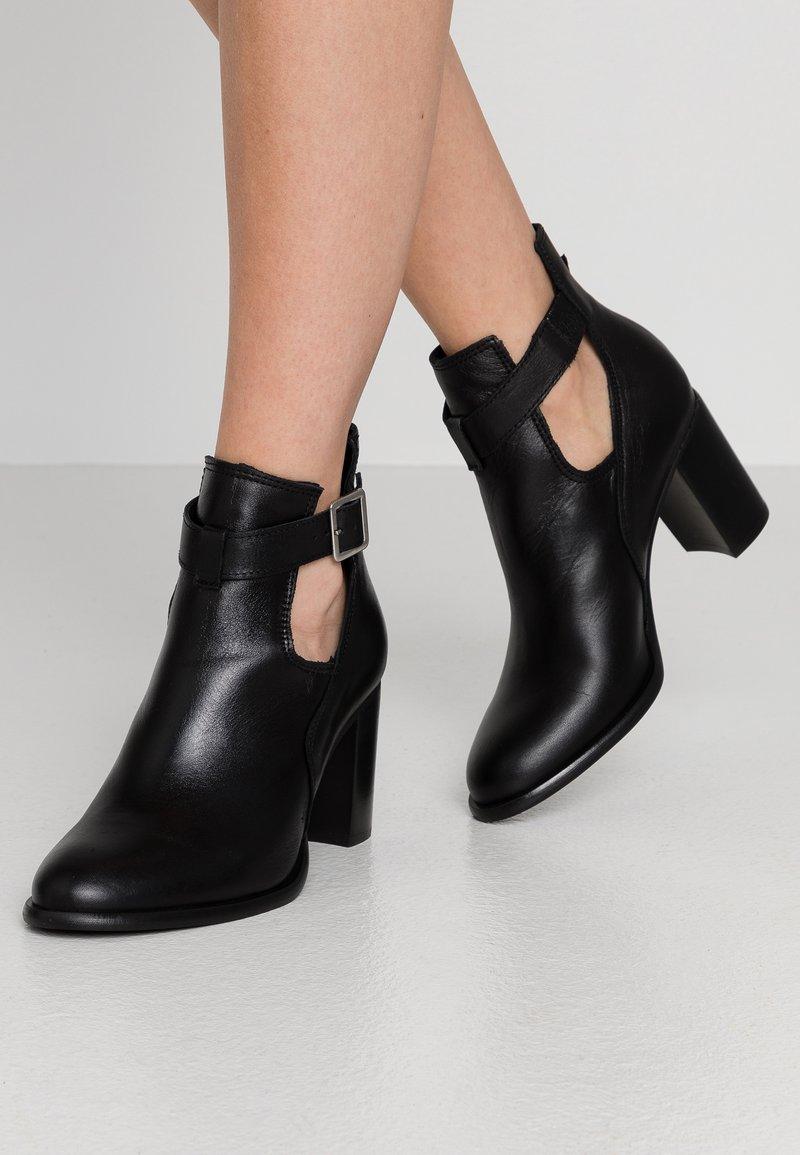 Zign - Kotníková obuv - black