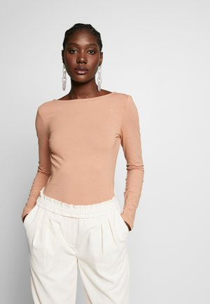 LONG SLEEVE WITH SCOOP BACK - Top s dlouhým rukávem - camel