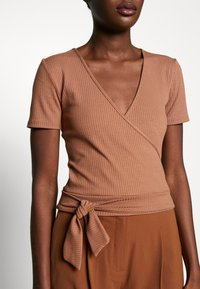 Zign - TIE FRONT WRAP - T-shirts med print - camel - 4