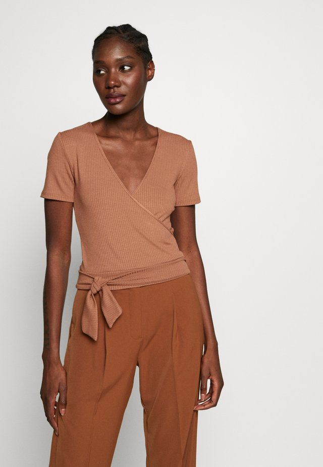 TIE FRONT WRAP - T-shirt med print - camel