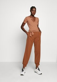 Zign - TIE FRONT WRAP - T-shirts med print - camel - 1