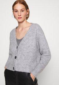 Zign - Cropped chunky cardigan - Cardigan - mottled light grey - 2