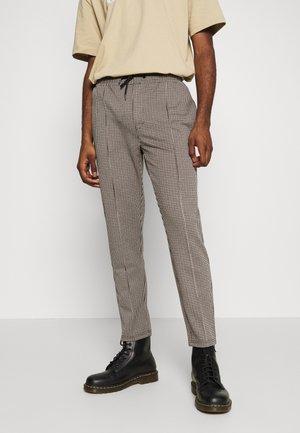 Pintuck Pleat - Pantalon de survêtement - off-white/brown
