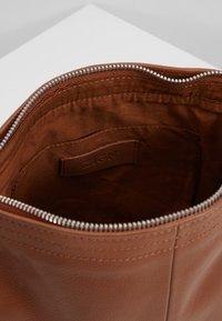 Zign - LEATHER - Across body bag - cognac - 5