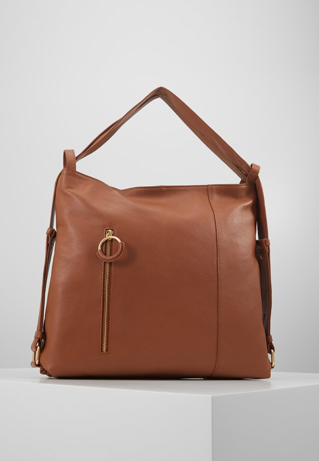 LEATHER SHOULDER BAG / BACKPACK - Ryggsäck - cognac