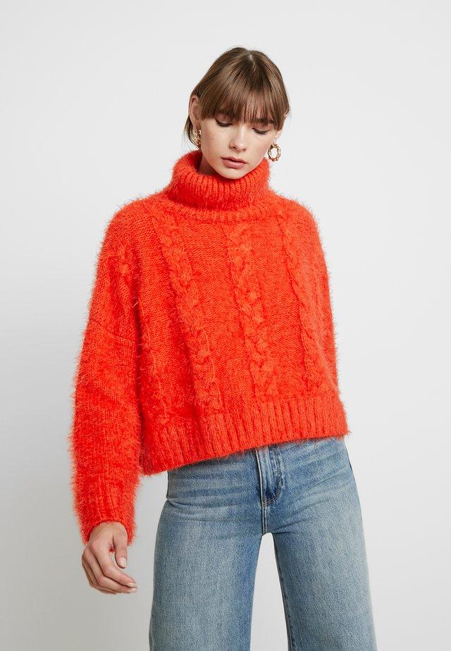 CABLE HIGH NECK - Stickad tröja - burnt orange