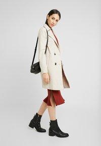 Zign Tall - BASIC - Pouzdrové šaty - dark red - 2