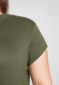Zign Curvy - SLIM FIT TEE WITH TURTLE-NECK - Jednoduché triko - olive night - 4