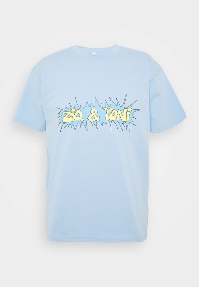 ZNY UNISEX LOGO TEE - T-shirt med print - light blue