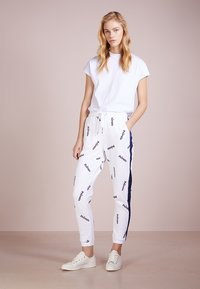 Zoe Karssen - RELAXED FIT PANTS - Spodnie treningowe - optical white - 1