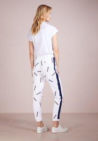 Zoe Karssen - RELAXED FIT PANTS - Spodnie treningowe - optical white - 2