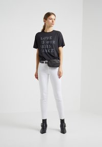 Zoe Karssen - BOYFRIEND FIT - T-shirt z nadrukiem - moonless night - 1