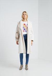 Zoe Karssen - LOOSE FIT TEE GIRLS - T-shirt z nadrukiem - optical white - 1