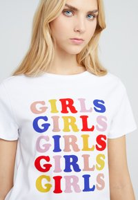 Zoe Karssen - LOOSE FIT TEE GIRLS - T-shirt z nadrukiem - optical white - 4