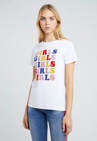 Zoe Karssen - LOOSE FIT TEE GIRLS - T-shirt z nadrukiem - optical white - 0