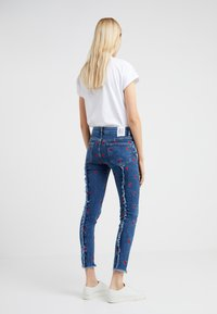 Zoe Karssen - PATTY MID RISE CROPPED - Jeansy Skinny Fit - acid blue - 2