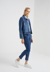 Zoe Karssen - PATTY MID RISE CROPPED - Jeansy Skinny Fit - acid blue - 1