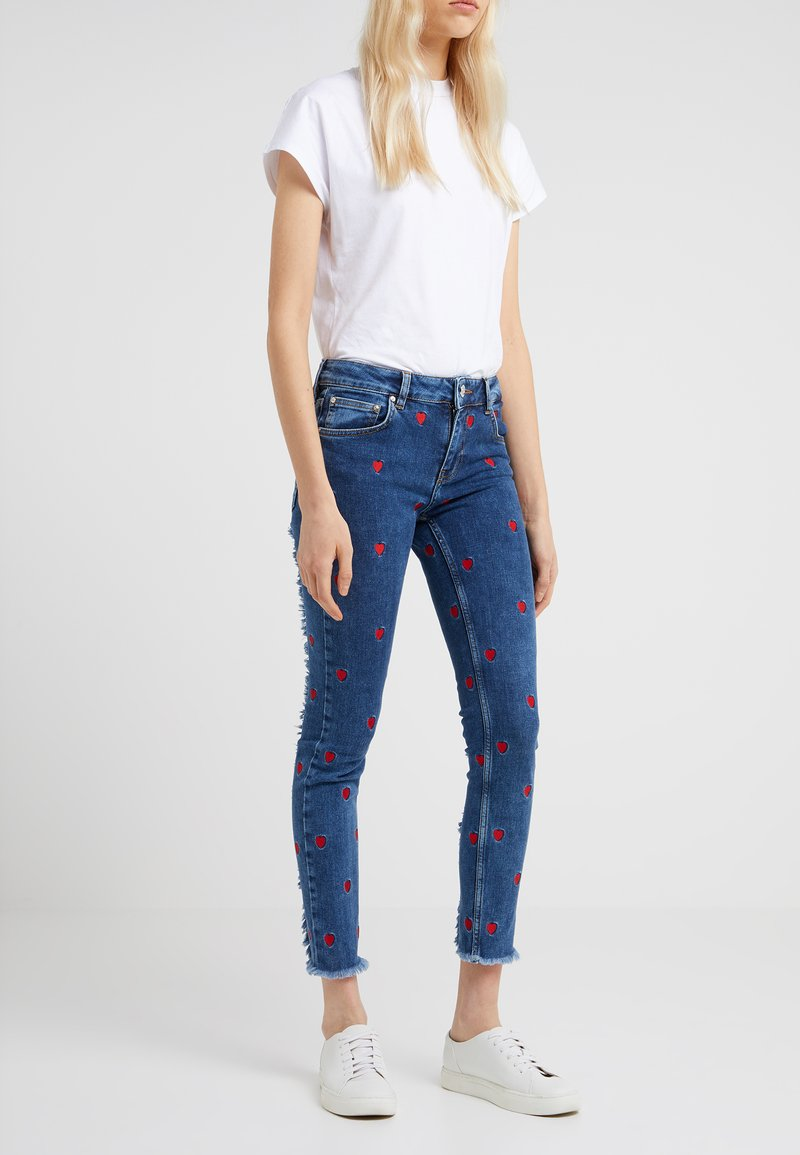 Zoe Karssen - PATTY MID RISE CROPPED - Jeansy Skinny Fit - acid blue