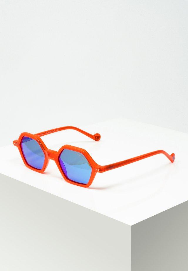 SASCHA - Sunglasses - red