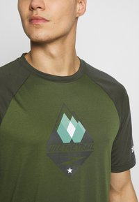 Zimtstern - PUREFLOWZ MEN - T-Shirt print - bronze green/forest night/fog green - 4