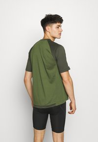 Zimtstern - PUREFLOWZ MEN - T-Shirt print - bronze green/forest night/fog green - 2