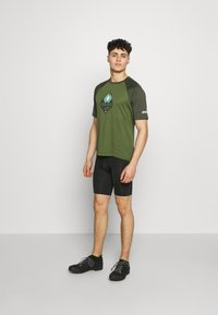 Zimtstern - PUREFLOWZ MEN - T-Shirt print - bronze green/forest night/fog green - 1