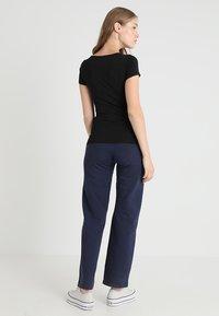 Zalando Essentials Maternity - Pantalones deportivos - dark blue - 2