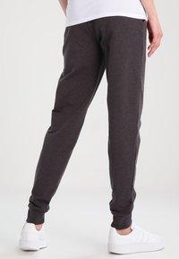 Zalando Essentials Maternity - Spodnie treningowe - dark grey melange - 2