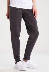 Zalando Essentials Maternity - Spodnie treningowe - dark grey melange - 0