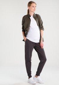 Zalando Essentials Maternity - Spodnie treningowe - dark grey melange - 1