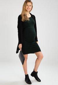 Zalando Essentials Maternity - Strikkjoler - scarab - 1