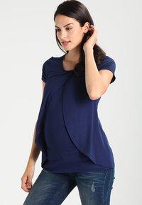 Zalando Essentials Maternity - T-shirt med print - peacoat - 0