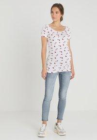 Zalando Essentials Maternity - T-shirt z nadrukiem - bright white base /barbados - 1