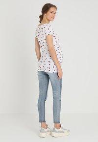 Zalando Essentials Maternity - T-shirt z nadrukiem - bright white base /barbados - 2