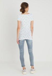 Zalando Essentials Maternity - T-shirt z nadrukiem - bright white - 2