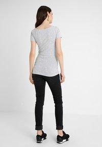 Zalando Essentials Maternity - T-shirt z nadrukiem - light grey melange - 2