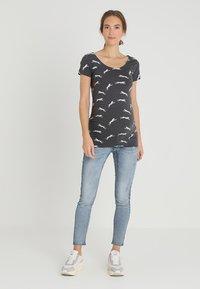 Zalando Essentials Maternity - T-shirt z nadrukiem - dark grey - 1