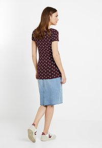 Zalando Essentials Maternity - T-shirt z nadrukiem - bordeaux - 2