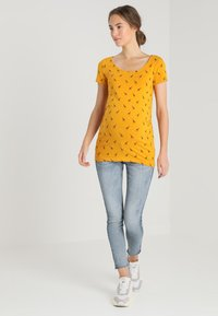Zalando Essentials Maternity - T-shirt z nadrukiem - golden yellow/black - 1