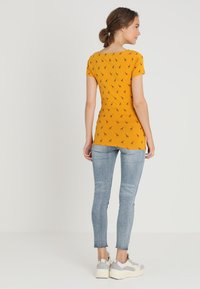Zalando Essentials Maternity - T-shirt z nadrukiem - golden yellow/black - 2