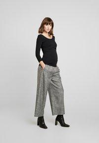 Zalando Essentials Maternity - 2 PACK - Långärmad tröja - off-white/black - 1