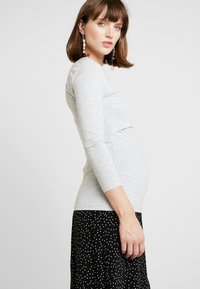 Zalando Essentials Maternity - Langærmede T-shirts - mottled light grey - 3