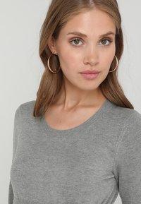 Zalando Essentials Maternity - Stickad tröja - light grey melange - 3