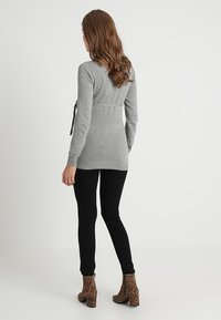 Zalando Essentials Maternity - Stickad tröja - light grey melange - 2