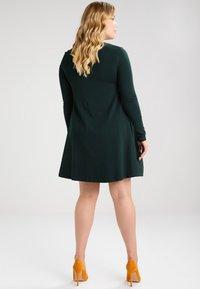 Zalando Essentials Curvy - Sukienka z dżerseju - dark green - 2