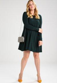 Zalando Essentials Curvy - Sukienka z dżerseju - dark green - 1