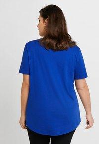 Zalando Essentials Curvy - T-shirt imprimé - surf the web - 2