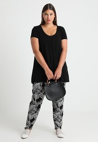 Zalando Essentials Curvy - T-shirt print - black/black - 1
